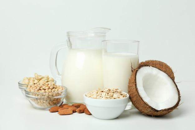 Koncepcja wegańskiego mleka na białym tle