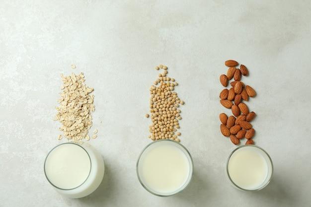 Koncepcja wegańskiego mleka na białym