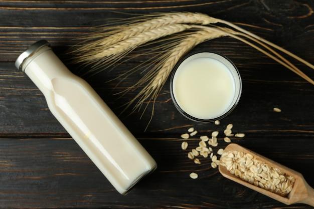 Koncepcja wegańskiego mleka na drewnianym tle