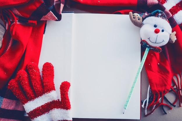 Koncepcja wesołych świąt i szczęśliwego nowego roku. puste białe tło do pisania życzeń świątecznych na sezon zimowy.
