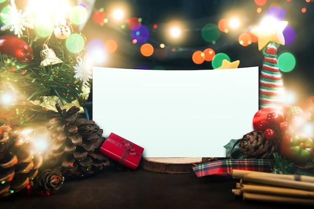 Koncepcja wesołych świąt i szczęśliwego nowego rokudekorowane ozdoby i biała księga do pisania tekstu