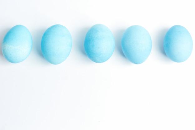 Koncepcja wesołych świąt. jaja kurze pomalowane na niebiesko w komorze na jajka.