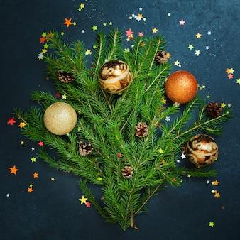 Koncepcja wesołych świąt jodła wakacje zimowe kulki zdobiące złote gwiazdki brokat