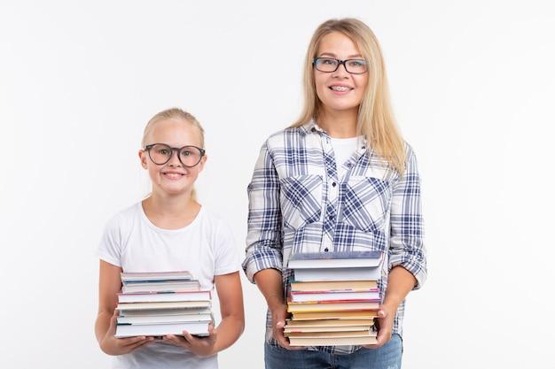 Koncepcja wiedzy, czytania i edukacji - matka i córka trzyma książki