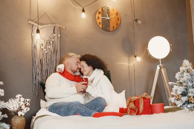 Koncepcja wieku i osób. starszy para w domu. kobieta w białym swetrze z dzianiny.