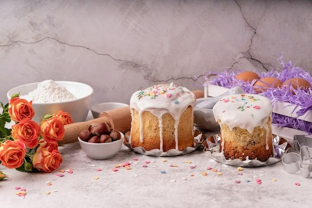 Koncepcja wielkanocna. pieczenie i gotowanie. składniki ciasta wielkanocnego na stole z białym marmurem widok z przodu mieszkanie z przestrzenią do kopiowania