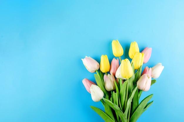 Koncepcja wiosna lub wakacje z bukietem tulipanów