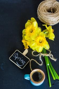 Koncepcja wiosna z jasnożółtych kwiatów żonkila