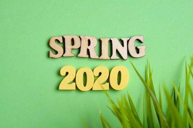 Koncepcja wiosny w nowym roku. drewniane cyfry 2020 z literami