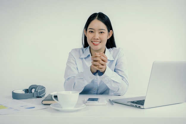 Koncepcja wirtualnego spotkania wideo azjatyckiej bizneswoman pracy w domu ze względu na dystans społeczny