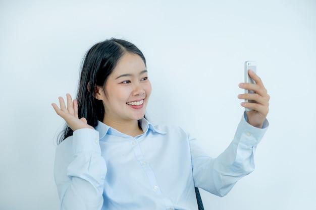 Koncepcja wirtualnego spotkania wideo młodej bizneswoman pracy w domu ze względu na dystans społeczny