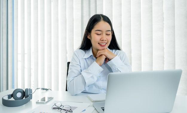 Koncepcja wirtualnego spotkania wideokonferencji azjatyckiej bizneswoman pracy w domu ze względu na dystans społeczny