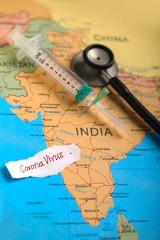 Koncepcja wirusa korony, mapa indian oznaczona strzykawką