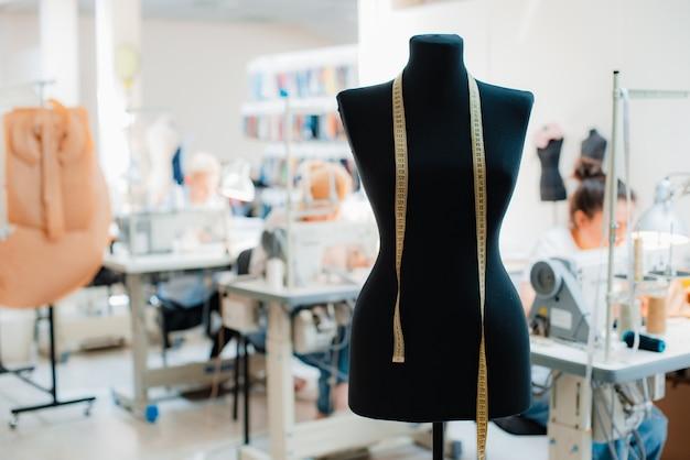 Koncepcja wnętrza studia kreatywnego mody z manekinem i stylowymi modnymi modnymi ubraniami na wieszakach, miejsce pracy krawiectwa, sklep krawiecki, warsztat krawiecki