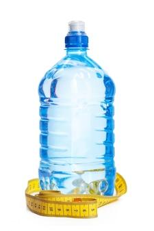 Koncepcja wody pitnej. butelka wody na białym tle