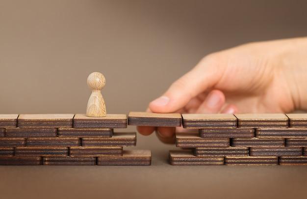 Koncepcja wsparcia ludzkiej ręki, która pomaga małej figurze