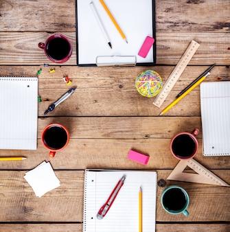 Koncepcja współpracy zespołu. planowanie biznesowe z kawą i materiałami biurowymi