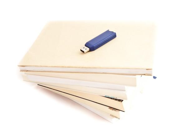 Koncepcja wspomnień: niebieski klucz usb blisko książek