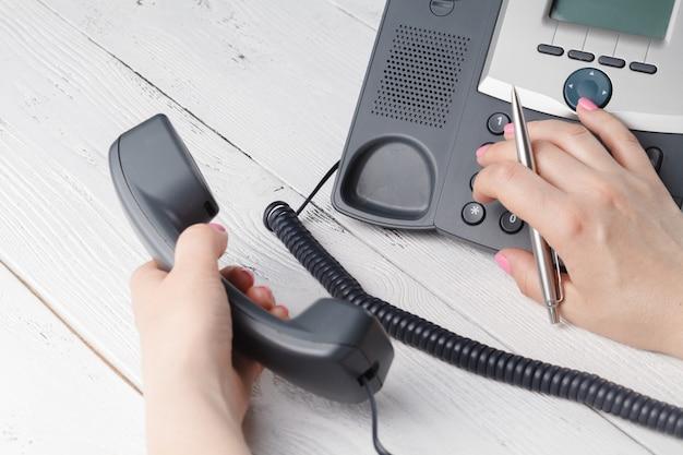 Koncepcja wybierania telefonicznego, kontaktu i obsługi klienta. wybrany fokus