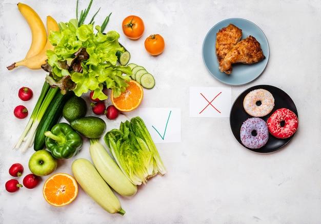 Koncepcja wyboru żywności. niezdrowe jedzenie i zdrowa dieta. widok z góry.