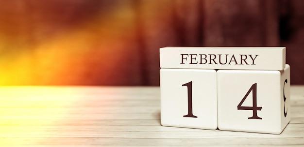 Koncepcja wydarzenia przypomnienia kalendarza. drewniane kostki z numerami i miesiącem 14 lutego