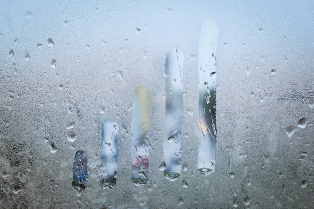Koncepcja wykres wzrostu na mokrym oknie z bliska.
