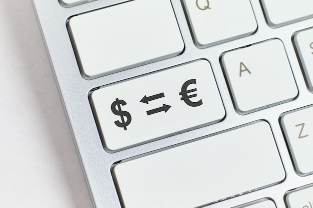 Koncepcja wymiany walut online za pośrednictwem usług internetowych.