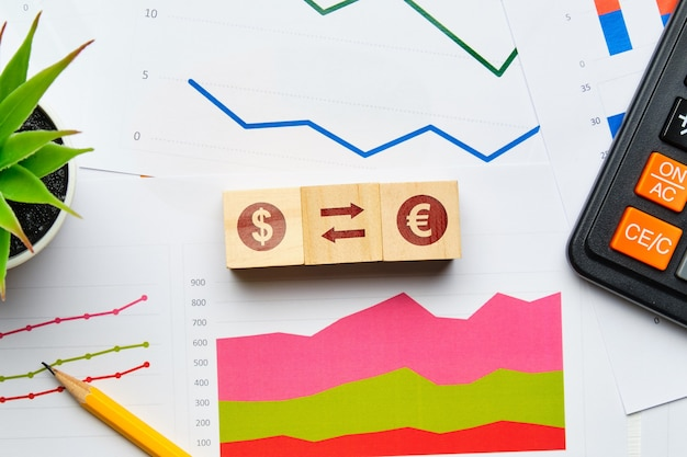 Koncepcja wymiany walut z papierowych wykresów i raportów.