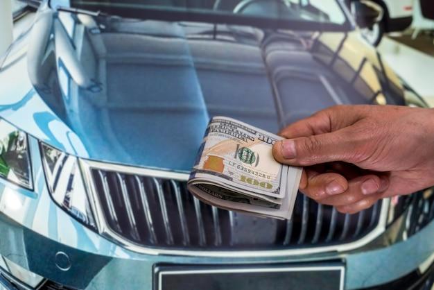 Koncepcja wynajmu lub kupna nowego samochodu. koncepcja finansów. dolar w męskim dolarze