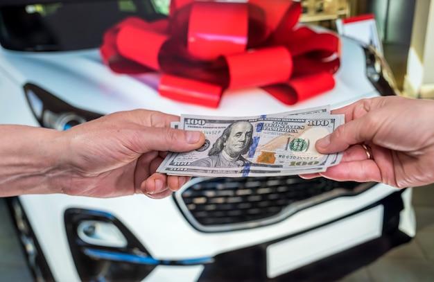 Koncepcja wynajmu lub zakupu nowego samochodu. koncepcja finansów. dolar w dolarach męskich