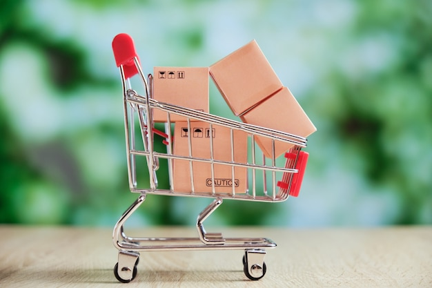 Koncepcja wysyłki i dostawy zbiorczej z koszykiem ze sklepu