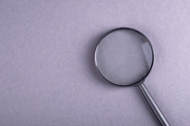 Koncepcja wyszukiwania i pytania z lupą na szarym bakcground