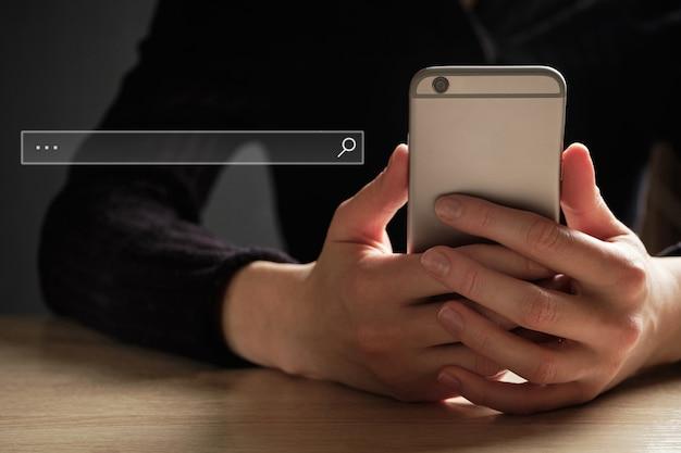 Koncepcja wyszukiwania informacji w internecie za pomocą smartfona.