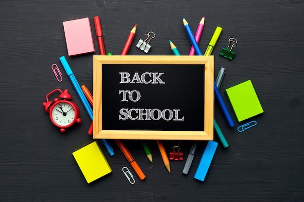 Koncepcja z powrotem do szkoły, napis w ramce na desce