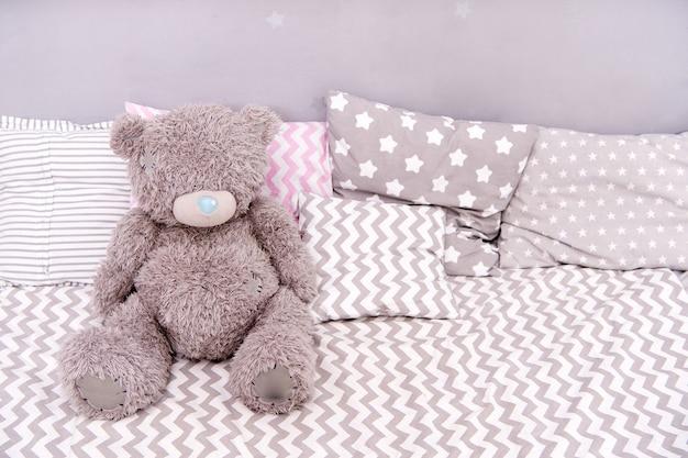 Koncepcja zabawki. zabawka pluszowego misia. miękka zabawka na łóżku. twój prawdziwy sklep z zabawkami.