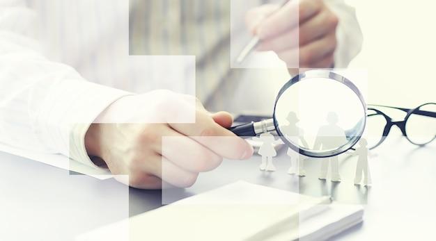 Koncepcja zabezpieczenia ubezpieczeniowego. ubezpieczenia na życie i nieruchomości. biznesmen przygotowuje dokument.