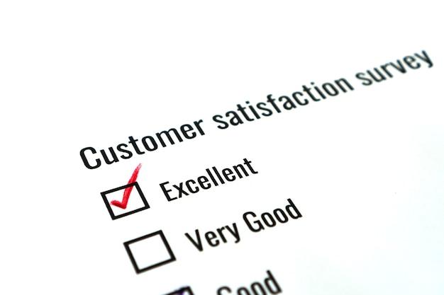 Koncepcja zadowolenia z opinii z ankiety: lista kontrolna sprawdza doskonałe słowo nad dokumentem formularza wniosku dla klienta. wypełnianie pytania o opinię znacznik wyboru dla badań marketingowych w biznesie