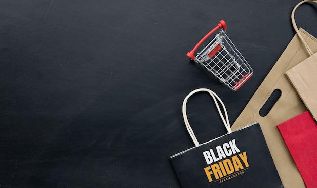 Koncepcja zakupów. czarne tło piątek. miejsce na tekst. leżał płasko