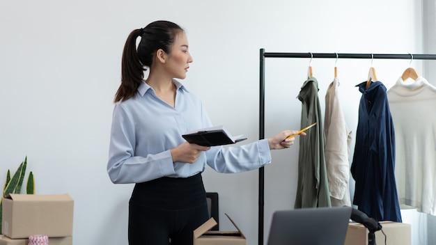 Koncepcja zakupów na żywo kamera cyfrowa nagrywająca wideo sprzedającej kobiety i łącząca się z urządzeniem, aby transmitować zakupy na żywo.