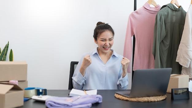Koncepcja zakupów na żywo – kobieta sprzedająca jest zachwycona swoim sukcesem po osiągnięciu celu przez sprzedaż.