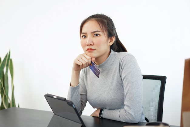 Koncepcja zakupów online kobieta kupujących lubi wybierać i kupować produkty w sklepie internetowym.
