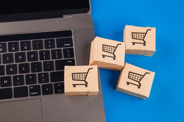 Koncepcja zakupów online. laptop z mini pudełkami.