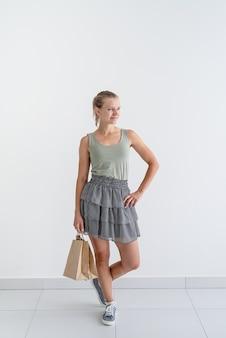 Koncepcja zakupów online. młoda uśmiechnięta kobieta trzymająca ekologiczne torby na zakupy