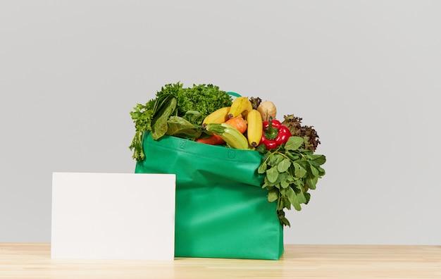Koncepcja zakupów online. pudełko ze świeżymi owocami i warzywami. dostawa do domu podczas koronawirusa kwarantanny