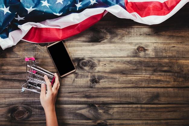 Koncepcja zakupów online smarthphone lub telefon komórkowy