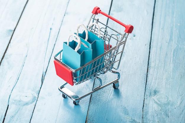Koncepcja zakupów online w domu. zakupy online to forma handlu elektronicznego, która pozwala konsumentom bezpośrednio kupować towary od sprzedawcy przez internet