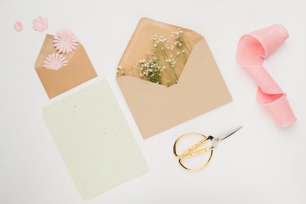 Koncepcja zaproszenia ślubne papeterii w płaskim świeckich