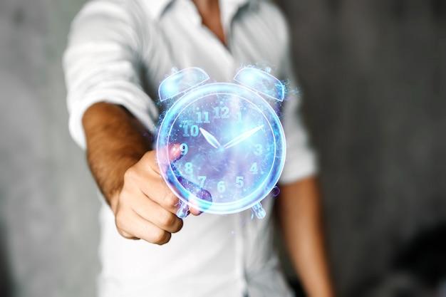 Koncepcja zarządzania czasem, mężczyzna pokazuje hologram z bliska zegara. skopiuj miejsce.