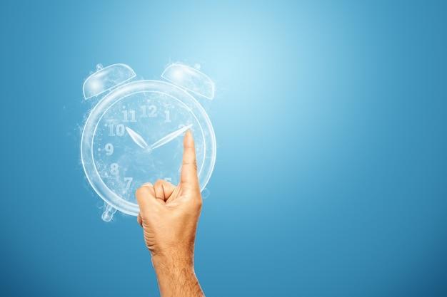 Koncepcja zarządzania czasem. zbliżenie dłoni zatrzymuje zegar