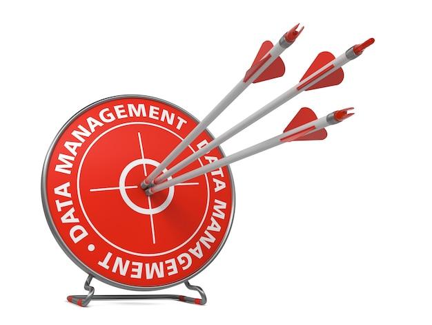 Koncepcja zarządzania danymi. trzy strzały trafione w czerwony cel.